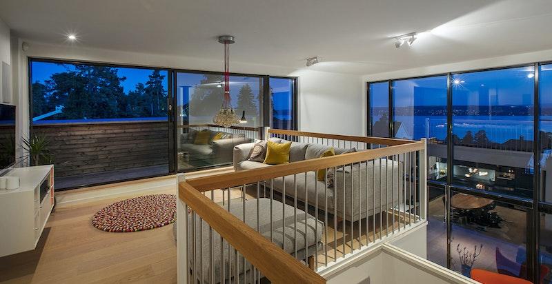 Loftstue / TV-stue på mezzaninen, det er åpent ned mot stuen og takøyde på over 5 meter.