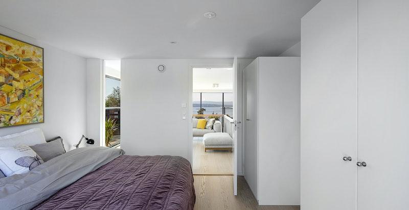 Hovedsoverommet ligger i toppetasjen og har eget badeværelse samt utgang til takterrassen.