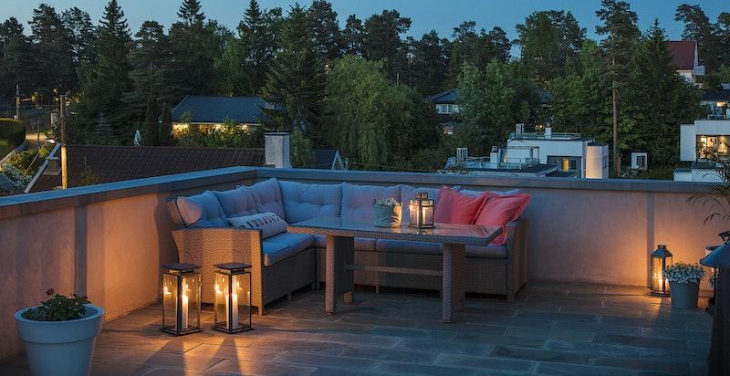 På baksiden av huset har man en hyggelig lounge på taket av sin egne garasje. Her har du solen til den går ned.