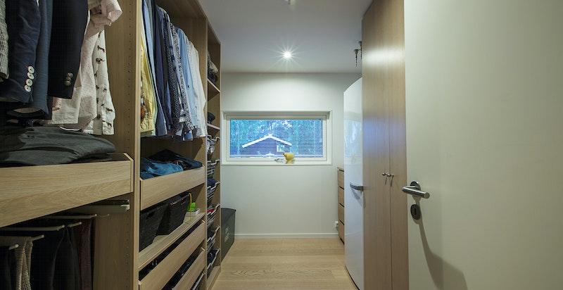 """Boligen har totalt 4 soverom, eierne som idag bebor huset har benyttet det ene soverommet som et """"walk-in closet"""""""