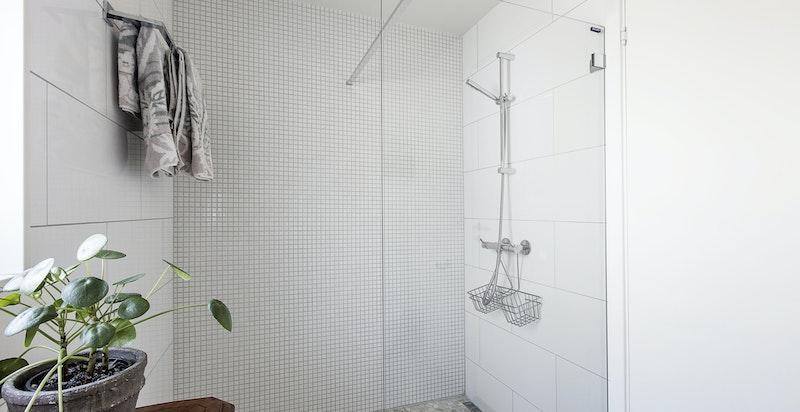 Med mosaikkfliser på gulv / dusj sone, samt 60x30 fliser på vegg.