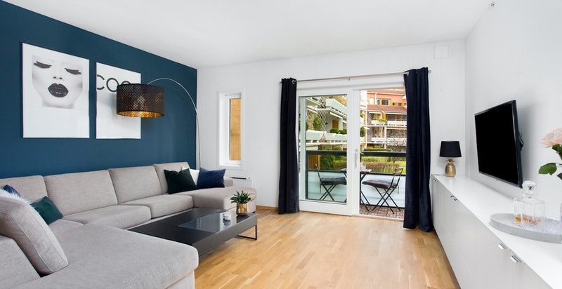 Lys, romslig stue med utgang til balkong