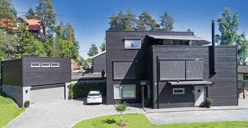 Fasade, gårdsplass og innkjørsel
