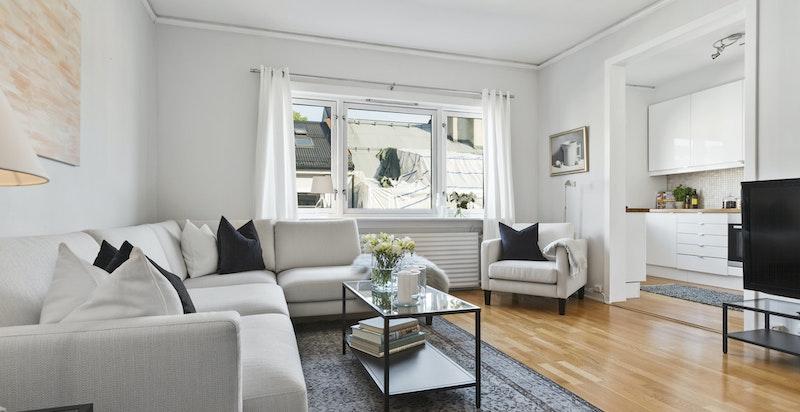 Lys og romslig stue med god plass til sofagruppe og spisebord.