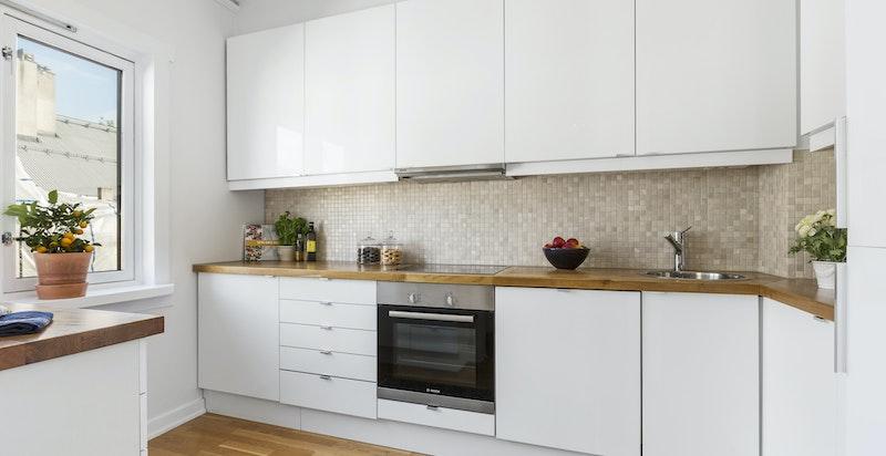 Kjøkkenet har integrerte hvitevarer.