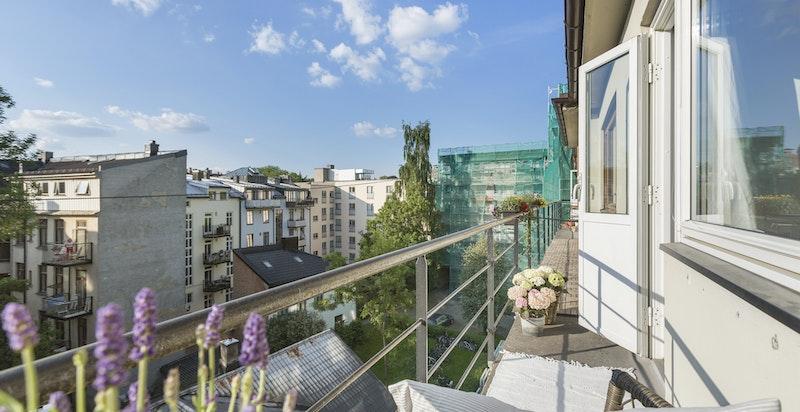 På balkongen kan man kose seg i solen til kl 22 om sommeren.