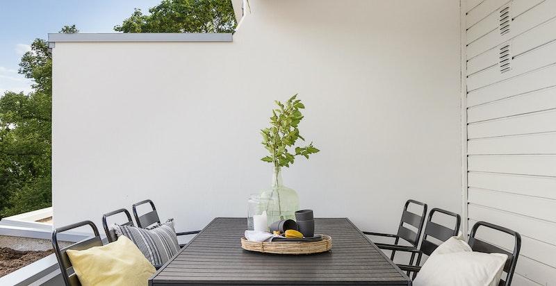 Hyggelig terrasse med plass til utegruppe