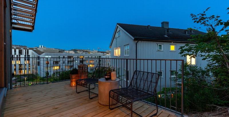 Kveldsstemning på terrassen ved 1. etasje.