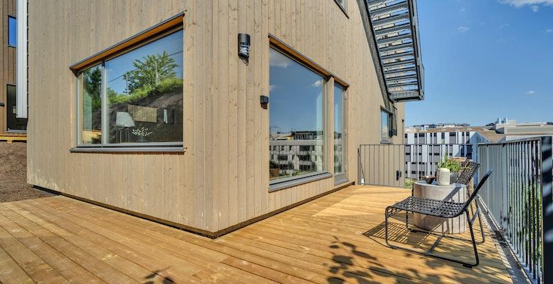 Solrik og flott terrasse også ved stuen i 1. etasje (samme etasje som kjøkken).