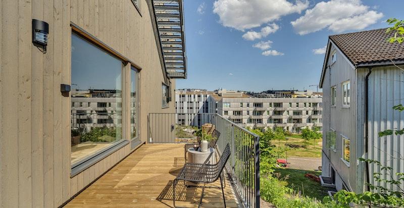 Deilig terrasse også ved stue i 1. etasje (samme etasje som kjøkken).