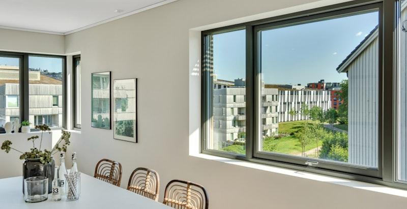 Legg merke til vindusflatene og det hyggelig utsynet.