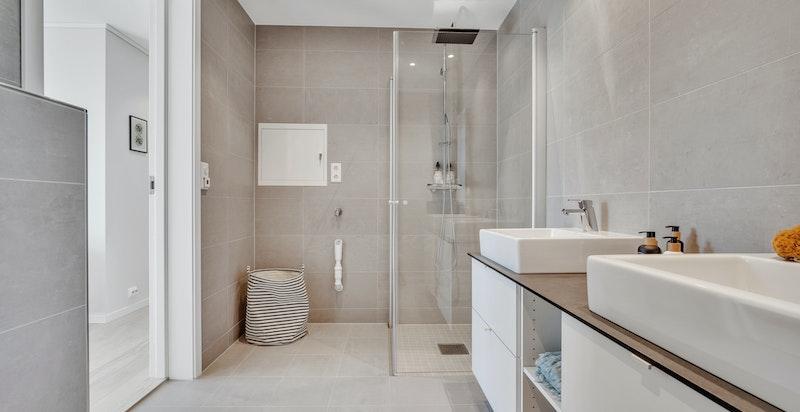 Meget flott baderom i 2. etasje (speil ettermonteres). Moderne innredninger og vvs-utstyr.