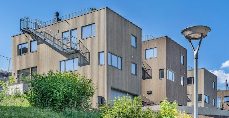 Moderne funkis enebolig med dobbelgarasje, egen inngang til kjeller og fantastisk takterrasse.