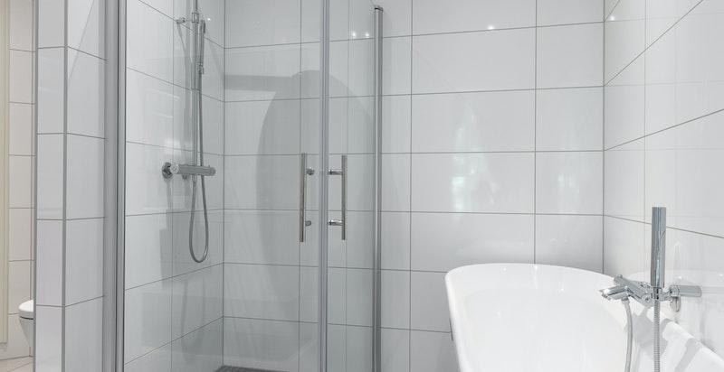 Delikat baderom fra 2015 med hjørnedusj og fritttående badekar.