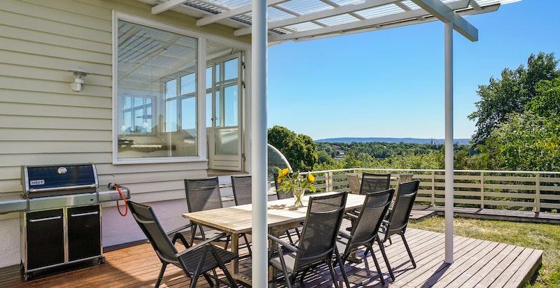Overbygget terrasse med flott utsikt.