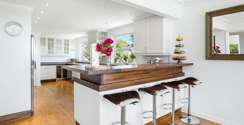 Kjøkkenet er lagt opp til et sosialt og hyggelig rom med god plass.