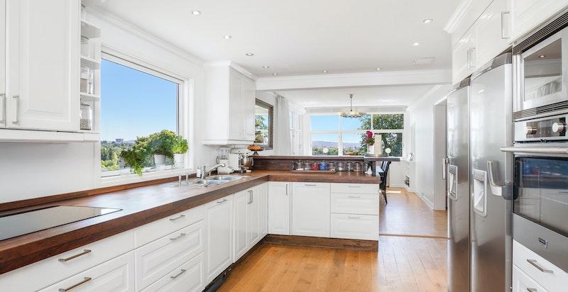 Stort åpent kjøkken med flott utsikt.
