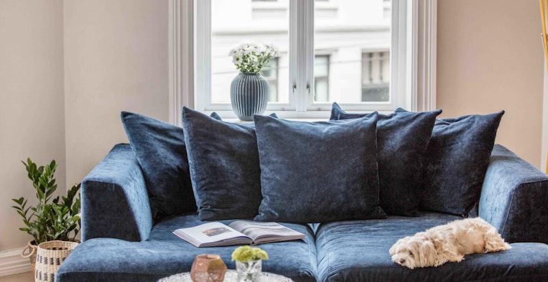 Lys, luftig stue med god takhøyde og klassiske detaljer