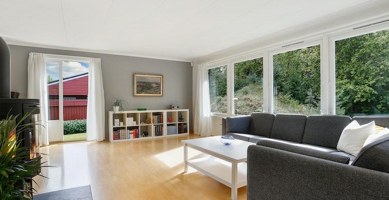 Lys, romslig stue med utgang til terrasse og hage