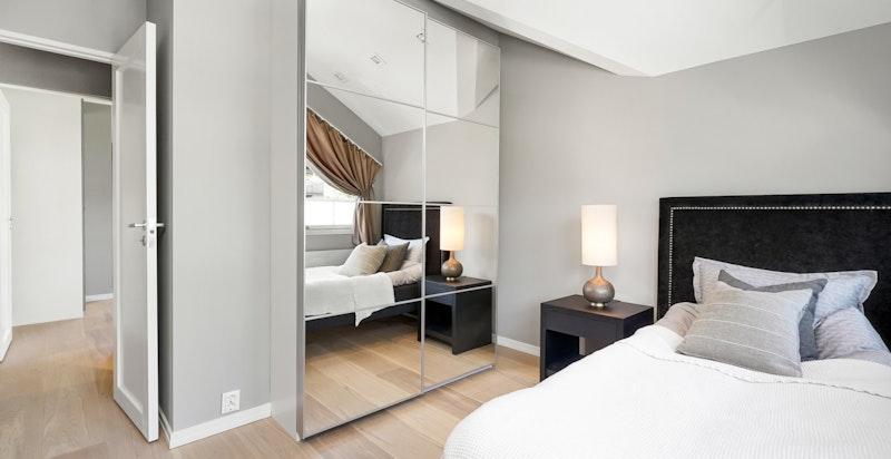 Garderobeskap med speil på soverom 3
