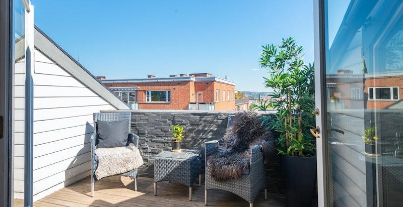 God plass til sittegruppe og grill på terrassen