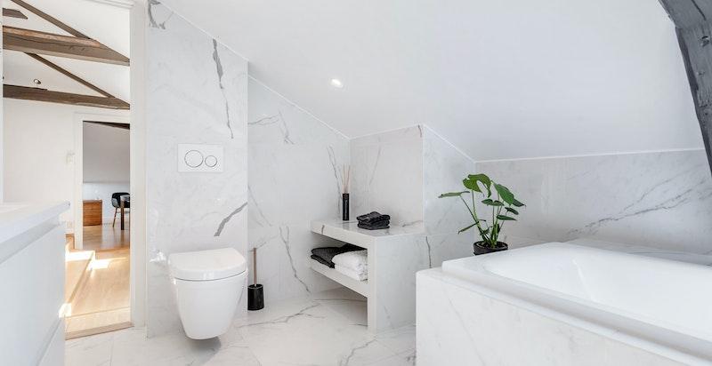 Vegghengt toalett og lagring til håndklær og baderomsutstyr