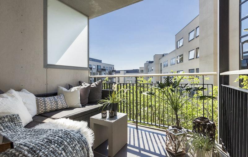 Leiligheten har en solrik balkong på 5,5 kvm i tillegg til en stor, felles takterrasse med enorm utsikt over byen.