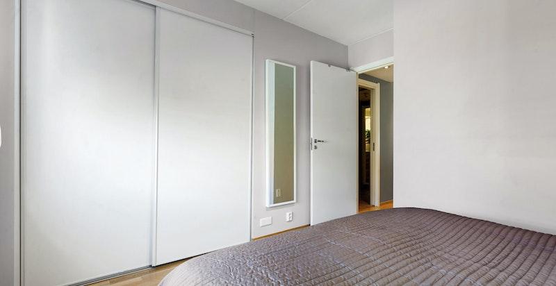 Det er godt med garderobeplass for oppbevaring i hele boligen.