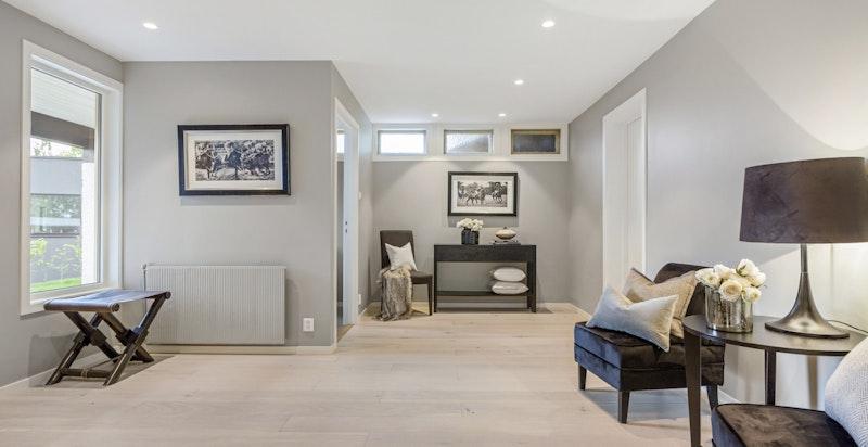I underetasjen er en særdeles hyggelig entrè med samme utførelse på materaler som i resten av boligen.