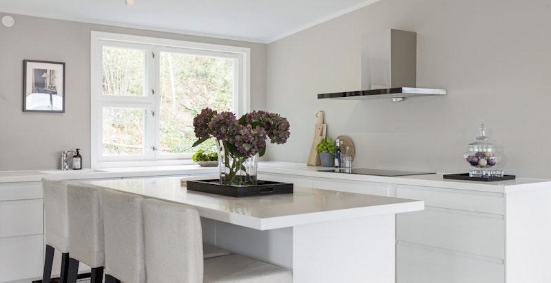 En praktisk kjøkkenøy gjør kjøkkenet til et sosialt samlingspunkt.