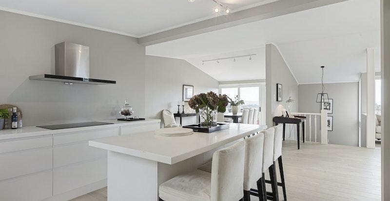 Kjøkkenet har integrerte hvitevarer som bl.a. induksjonstopp, avtrekksvifte, kjøleskap / fryser og stekeovn.