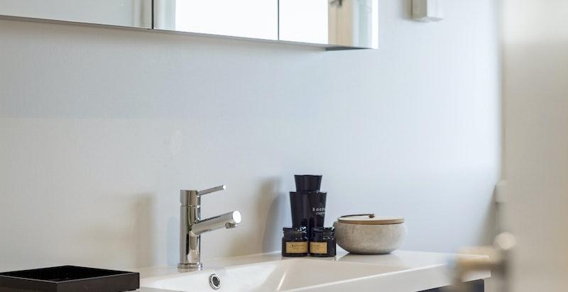 Baderommet har fått nye fliser, ny innredning, nytt toalett og nytt dusjhjørne.