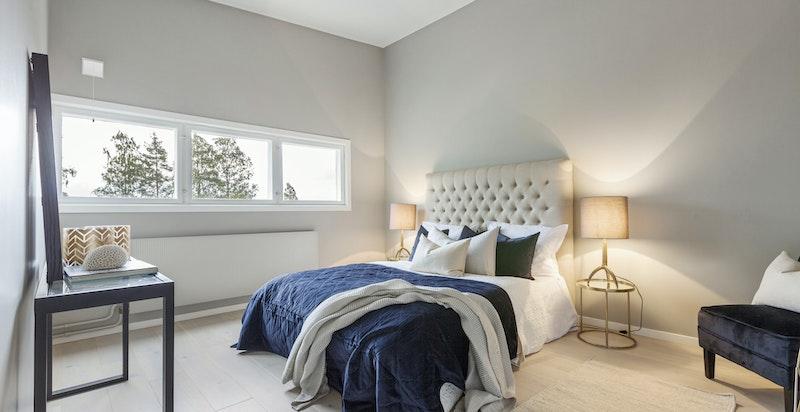 Huset har et deilig hovedsoverom med generøs plass. Dette soverommet vender mot øst så her kan du våkne til morgensol og fuglekvitter.