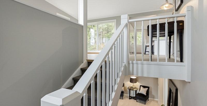 Huset har en gjennomgående god standard og trappen som vist på bildet er i tillegg oppgradert i 2017 i likhet med store deler av resten av boligen.