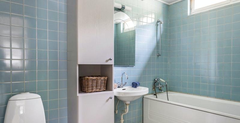 Eldre, men praktisk baderom med toalett, servant og badekar.