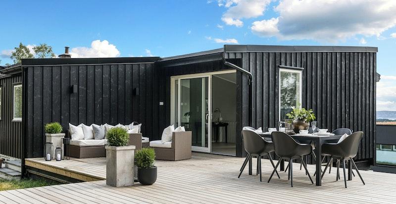 Huset har store, solrike uteplasser med fantastisk utsikt.