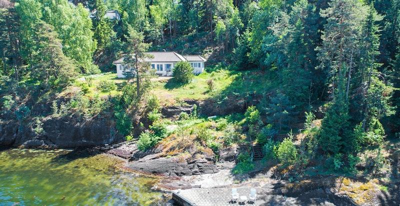 Søndre Bjerkøyvei 25 ligger ved sjøen