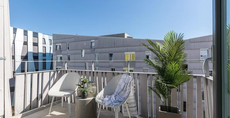 Romslig balkong med optimale solforhold.
