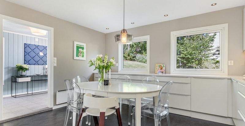 God plass til spisegruppe i naturlig tilknytning til kjøkkenet