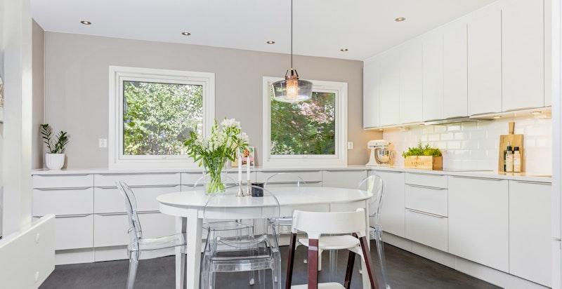 Lekkert og stilrent HTH-kjøkken med god skap- og benkeplass