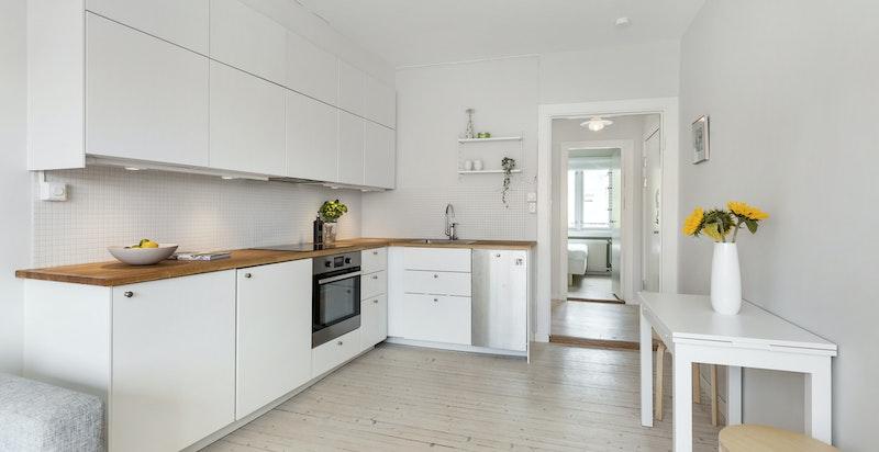 Åpen løsning gir plass til brukervennlig kjøkken og liten spiseplass.