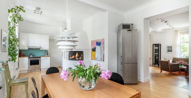 Kjøkken/spisestuedelen med peis og mot stuen