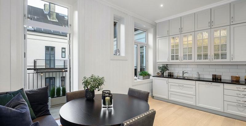Lekkert kjøkken med utgang til balkong