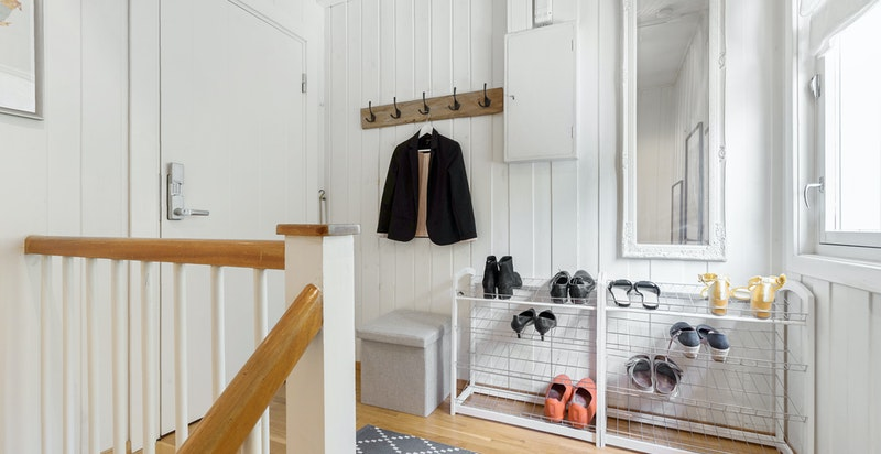 Repo (som ikke er inkludert i P-rom) med god plass til skohyller og oppheng av yttertøy.