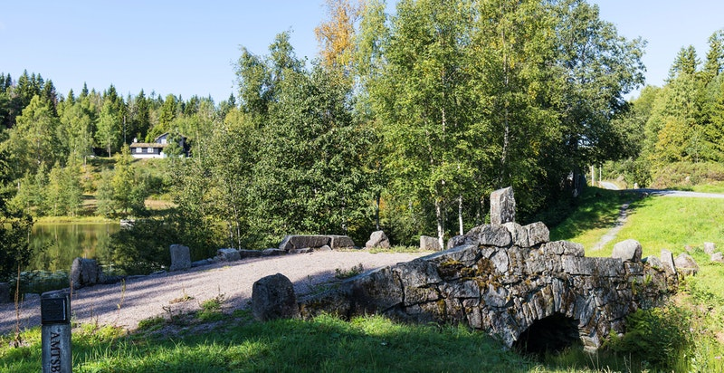 """Den restaurert broen """"Langebru"""" som ligger like før man kjører inn til eiendommen"""