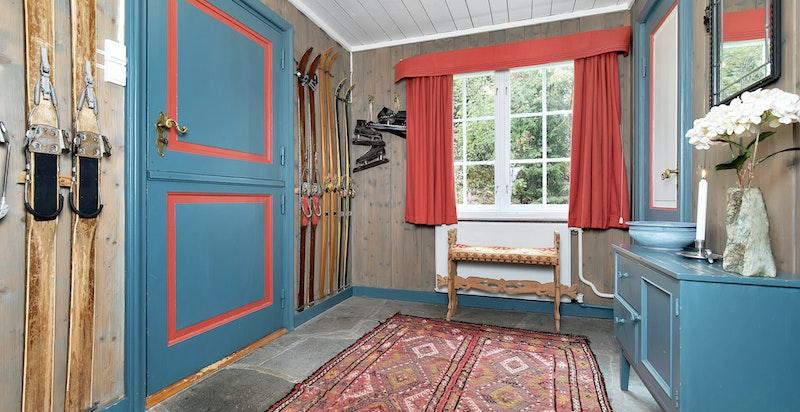 Entré/hall med garderobe og gjestetoalett