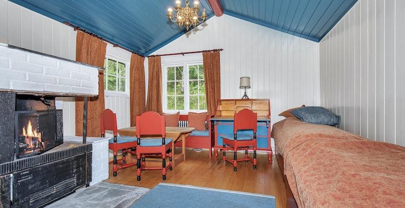 Anneks med kombinert stue og soverom i tilknytning til hovedhuset