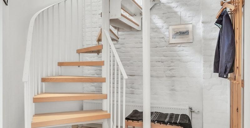 Intern innvendig vindeltrapp i stål med tretrinn mellom 4. etasje og loftetasje.