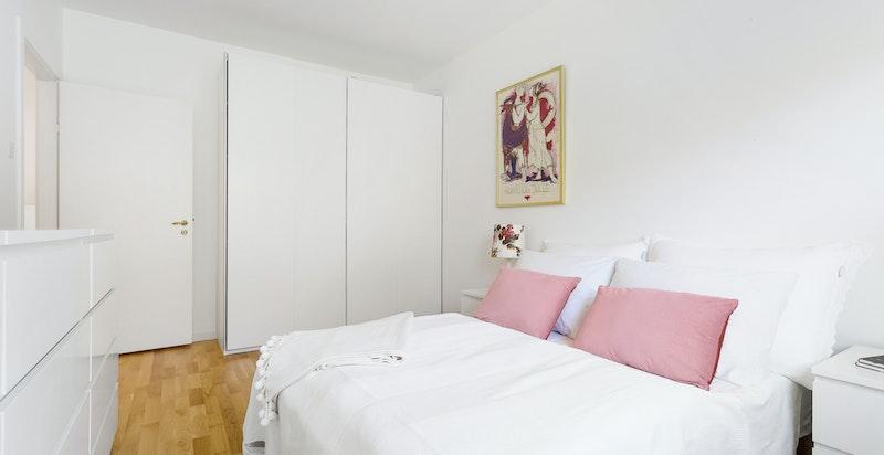Soverom med garderobeskap og plass til dobbeltseng