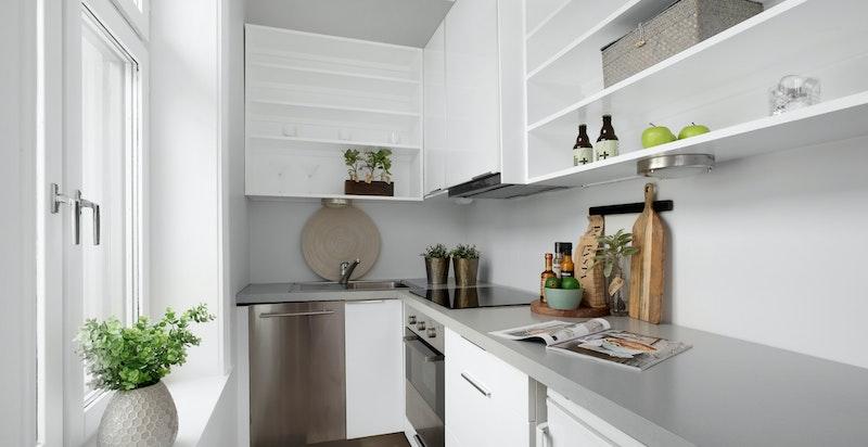 Det er delvis åpent kjøkken fra stuen, men rommet ligger allikevel såpass for seg selv at du får følelsen av separat kjøkken.